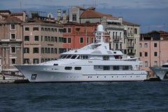 Bateaux avec des touristes à Venise, Italie Actv photo libre de droits