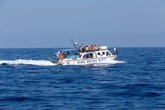 Bateaux avec des touristes aux cavernes bleues de l'île de Zakynthos, Gree Photos libres de droits