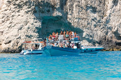 Bateaux avec des touristes aux cavernes bleues de l'île de Zakynthos, Gree Photographie stock