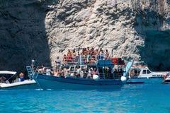Bateaux avec des touristes aux cavernes bleues de l'île de Zakynthos, Gree Image libre de droits