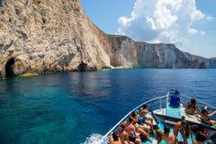 Bateaux avec des touristes aux cavernes bleues de l'île de Zakynthos, Gree Images libres de droits