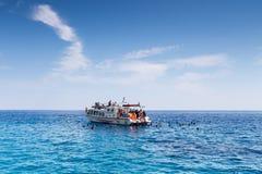 Bateaux avec des touristes aux cavernes bleues de l'île de Zakynthos, Gree Photo libre de droits