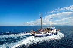 Bateaux avec des touristes sur le chemin à Skiathos Photographie stock libre de droits
