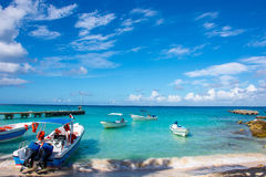 Bateaux avec l'océan de moteur en clair sur un fond des palmiers et des beaux nuages Image stock