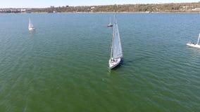 Bateaux avec les voiles blanches en mer banque de vidéos