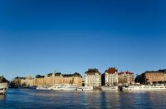 Bateaux blancs au centre de Stockholm en Suède Photos stock