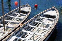 Bateaux blancs au-dessus de l'eau de mer bleue Photos stock