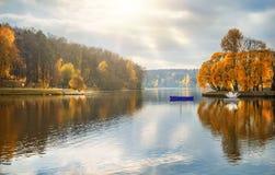 Bateaux blancs dans l'étang d'automne Images libres de droits