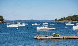 Bateaux blancs dans l'eau bleue au delà du pilier Photos stock