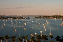 Bateaux blancs dans l'eau bleue du compartiment de Biscayne Photographie stock