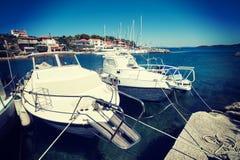 Bateaux blancs dans le port Photographie stock libre de droits