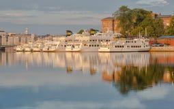 Bateaux blancs dans le port Photos libres de droits