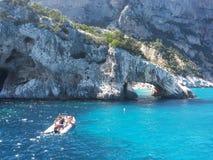 Bateaux blancs en mer bleue de ‹Sardaigne d'†de ‹d'†avec les roches spectaculaires Image libre de droits