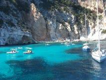 Bateaux blancs en mer bleue de ‹Sardaigne d'†de ‹d'†avec les roches spectaculaires Image stock