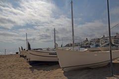 bateaux blancs sur le sable Photographie stock libre de droits