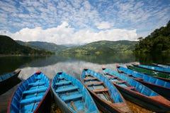 Bateaux bleus dans le lac Pokhara Népal Photographie stock