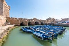 Bateaux bleus dans le port d'Essaouira Image libre de droits
