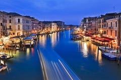 Bateaux bleus de Venise Grand Canal réglés Photographie stock libre de droits