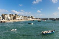 Bateaux britanniques de St Ives Cornwall dans le port dans cette belle ville de touristes Photographie stock libre de droits