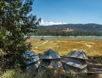 Bateaux chez Bass Lake - la Californie Images stock