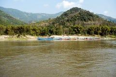 Bateaux colorés aux banques de la rivière image libre de droits