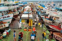 Bateaux colorés dans le port de Manaus photo stock