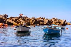 Bateaux colorés dans Riomaggiore Photographie stock libre de droits