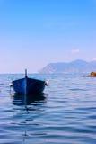 Bateaux colorés dans Riomaggiore Images stock