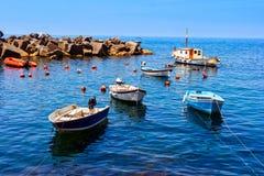 Bateaux colorés dans Riomaggiore Photo libre de droits