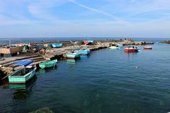 Bateaux colorés dans un petit vieux port méditerranéen images stock