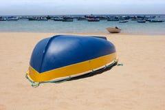 Bateaux colorés de pêcheur en mer bleue de turquoise sur la plage Photo stock