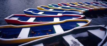 Bateaux colorés de stationnement Image stock
