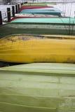 Bateaux colorés en hiver sur le rivage Photographie stock