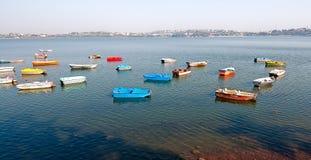 Bateaux colorés sur le lac Photographie stock libre de droits