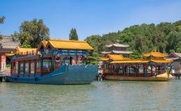 Bateaux colorés sur le lac kunming Palais d'été impérial dans Pékin, Chine photo stock