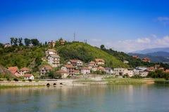 Bateaux croisant autour de la ville sur le bâti Tara, Serbie Photographie stock