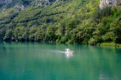 Bateaux croisant autour de la ville sur le bâti Tara, Serbie Images libres de droits