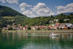 Bateaux croisant autour de la ville sur le bâti Tara, Serbie Photo stock