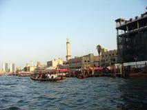 Bateaux d'Abra croisant Dubai Creek entre le bureau Dubaï et Deira photographie stock libre de droits