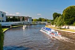 Bateaux d'amusement sur la rivière de fête, Berlin Photos libres de droits