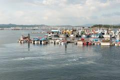 Bateaux d'aquiculture de moule ancrés dans le port du verger d'O photos libres de droits