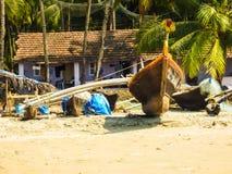 Bateaux d'Ishing, palmiers tropicaux, pavillons et vie dans la rue en plage de Palolem photos stock