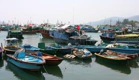 Bateaux dans Cheung Chau. Hong Kong. Photo libre de droits