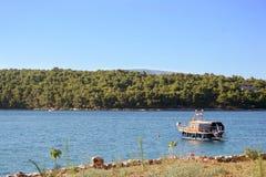Bateaux dans la baie avec une montagne à l'arrière-plan Image libre de droits