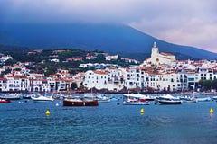 Bateaux dans la baie de la mer Méditerranée dans Cadaques Photographie stock libre de droits