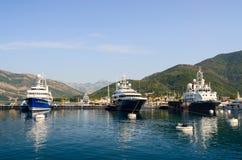 Bateaux dans la baie de Tivat, Monténégro Images stock