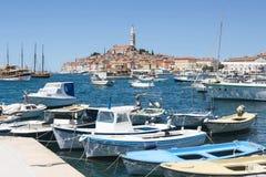 Bateaux dans la marina et la ville de Rovinj Image stock