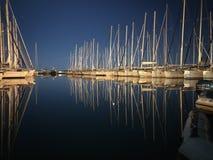 Bateaux dans la marina la nuit Images stock