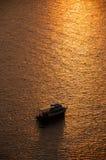 Bateaux dans la mer et le ciel de coucher du soleil Image stock