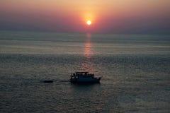 Bateaux dans la mer et le ciel de coucher du soleil Images libres de droits